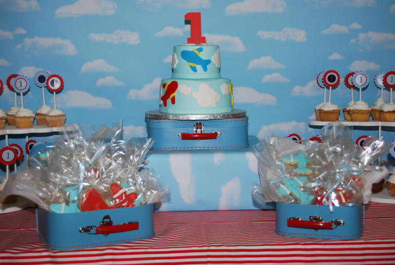 Boy birthday parties round up of boy party ideas by for Airplane party decoration