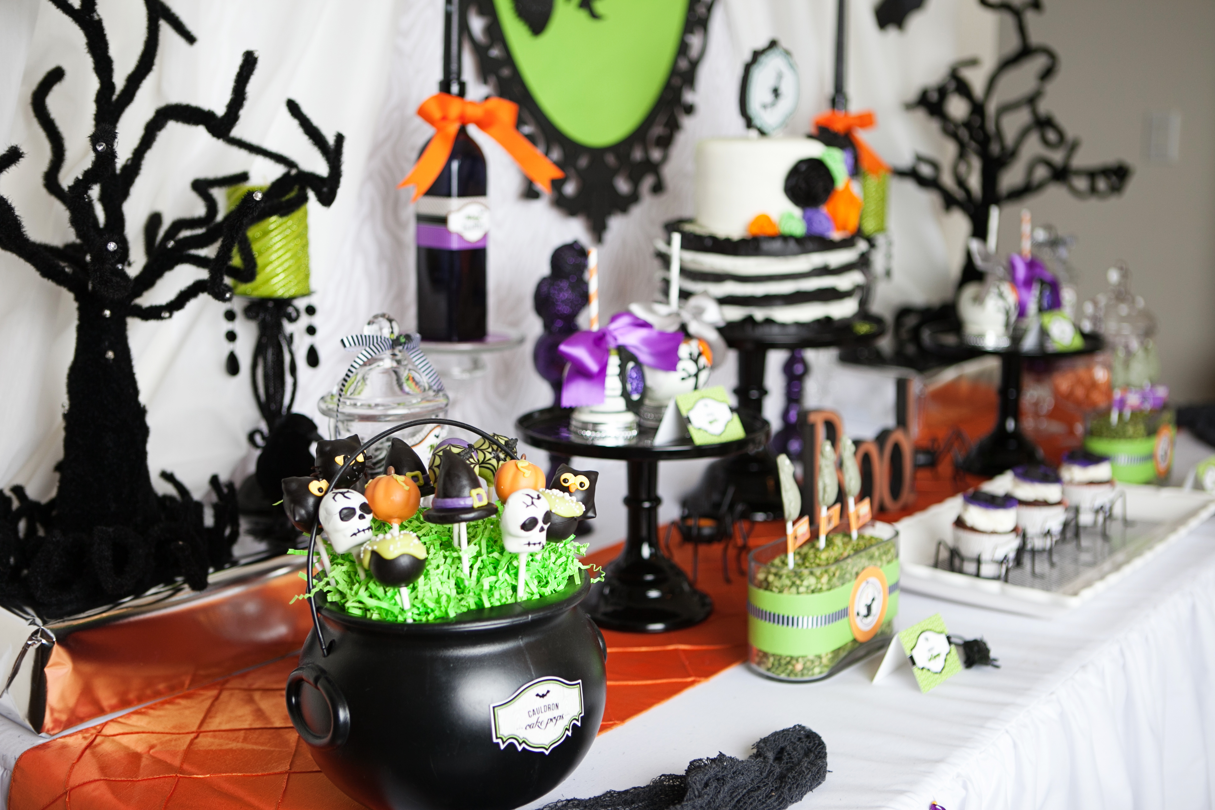 A wickedly sweet witch inspired halloween party anders for Deco de table halloween