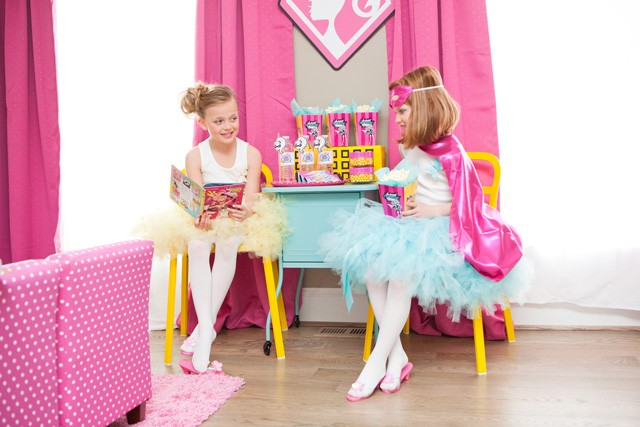 barbie-favor-table-reading